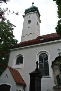 L'église Saint-Georges, au centre du cimetière de Bogenhausen.