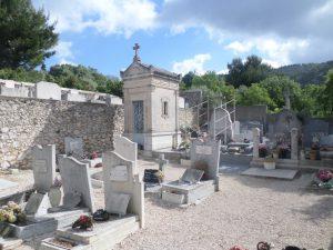 À droite, la tombe de Lili des Bellons.