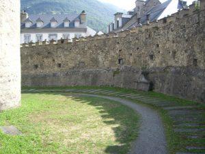 Vue d'ensemble du cimetière fortifié.