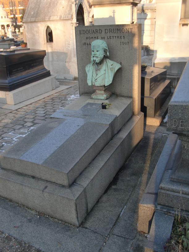 Tombe d'Edouard Drumont (et de Stavisky derrière).